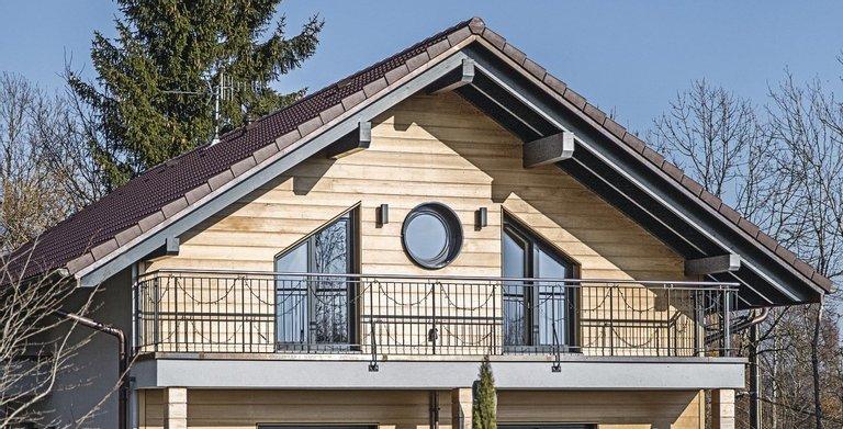 Rund und Schrägfenster im Obergeschoss geben der hölzernen Fassade weiteren Pfiff Copyright: WeberHaus