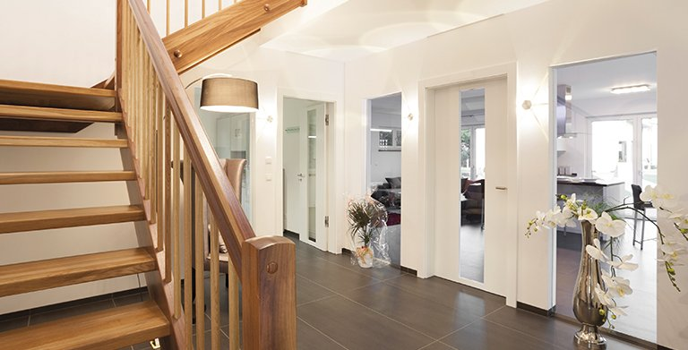 Die Diele mit dem Treppenaufgang bietet großzügigen Platz zum Betreten des Hauses Copyright: Wolf-Haus