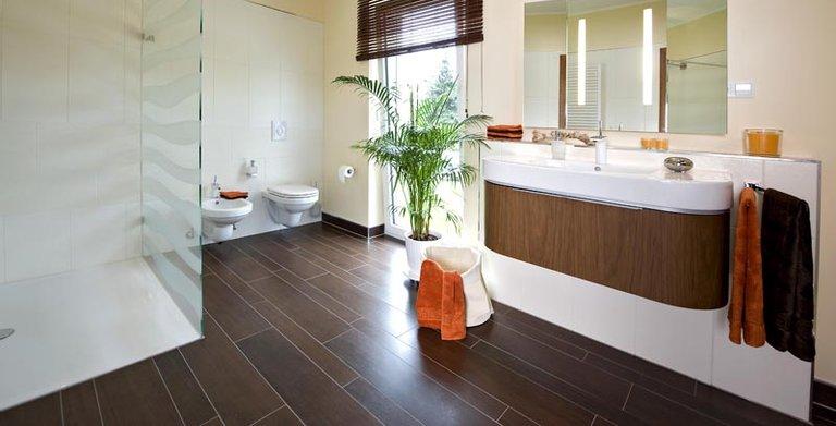 Ohne störende Barrieren präsentiert sich das Badezimmer, in dem Badewanne und Dusche Platz haben. Copyright: Heinz von Heiden GmbH Massivhäuser