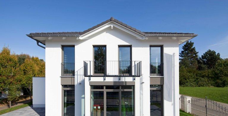 Die Stadtvilla Köpenick verbindet  moderne Villenarchitektur und geräumiges Wohnen auf zwei Vollgeschossen. Bodentiefe Fenster sorgen für lichtdurchflutete Räume. Copyright: Heinz von Heiden GmbH Massivhäuser