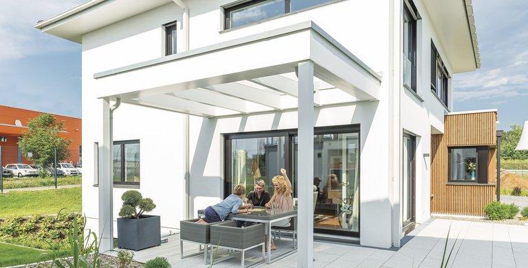 Komplettiert wird das Erdgeschoss durch eine überdachte Terrasse. Copyright: WeberHaus