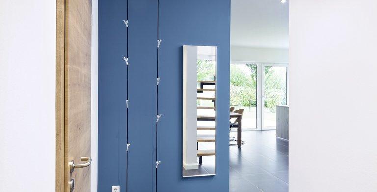 Die Diele führt in den offenen Wohnbereich und besticht durch ihre individuelle Farbegestaltung. Copyright: Heinz von Heiden GmbH Massivhäuser