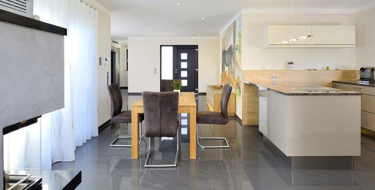 Hier geht alles fließend ineinander über - Diele, Küche und Essbereich sowie Wohnzimmer sind offen gestaltet und bilden eine Einheit.  Copyright: Heinz von Heiden GmbH Massivhäuser