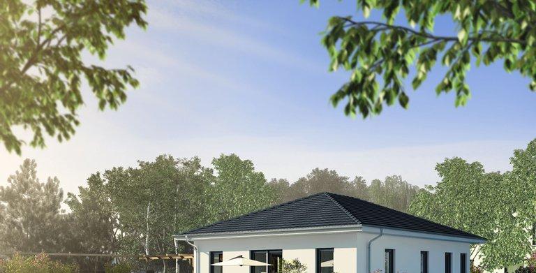 Klassischer Bungalow mit Walmdach von OKAL Haus GmbH