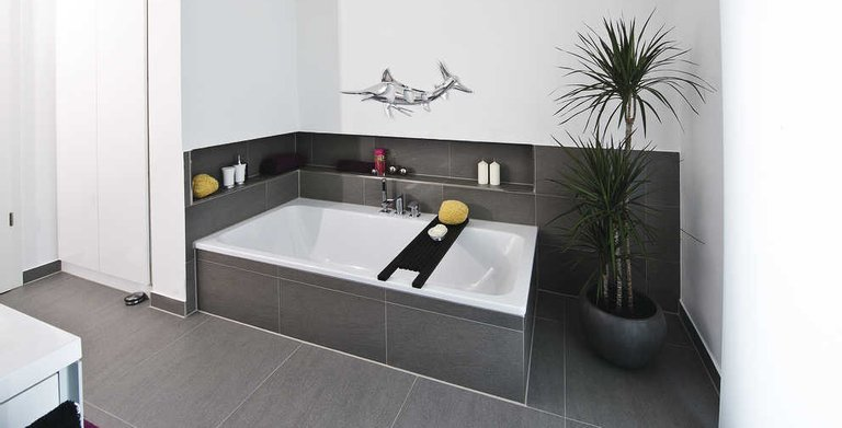 Großzügig gestaltetes Badezimmer Copyright: WeberHaus