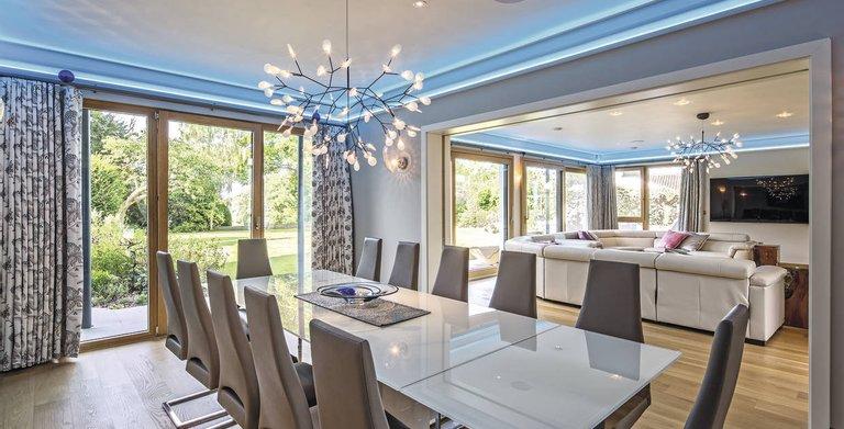 Lichtdurchfluteter Essbereich mit fließenden Übergängen von Küche zu Essen Copyright: WeberHaus