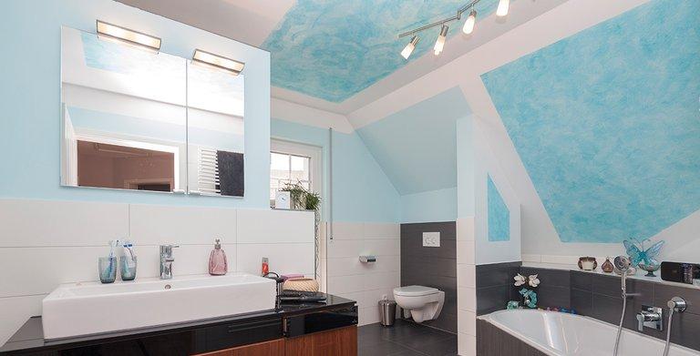 Das Bad ist ebenfalls farbenfroh gestaltet Copyright: Wolf-Haus