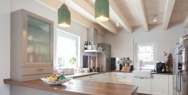 Die Küche ist passend zum Haus im Landhausstil gehalten Copyright: Wolf-Haus