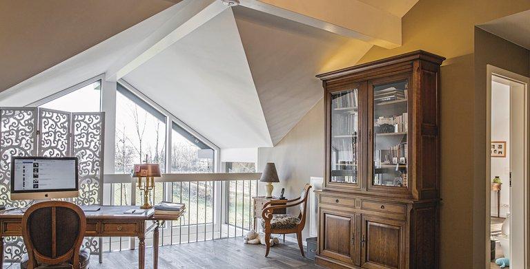 Die markante Architektur mit der offenen Empore bietet eine herrliche Fensterfront mit einer tollen Aussicht. Copyright: WeberHaus