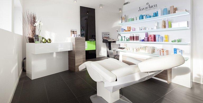 Im Haus integriert ist ein Kosmetikstudio, das von der Hausherrin betrieben wird Copyright: Wolf-Haus