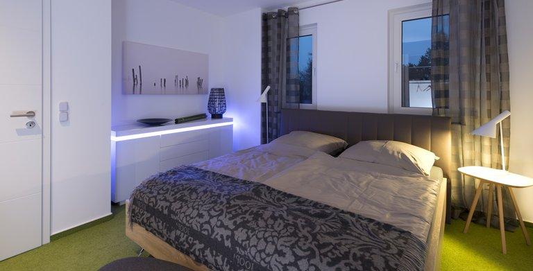 Hier kann man sich wohlfühlen: Das Schlafzimmer bietet genuig Platz und ist außerdem anheimelnd und gemütlich.  Copyright: Heinz von Heiden GmbH Massivhäuser