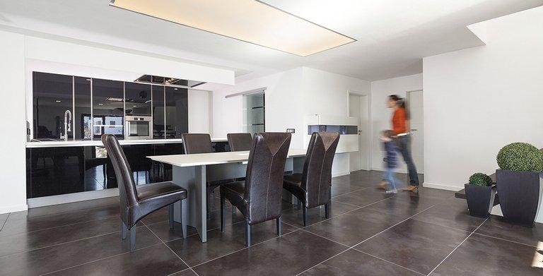 Die Küche ist geradlinig und klar gestaltet Copyright: Wolf-Haus