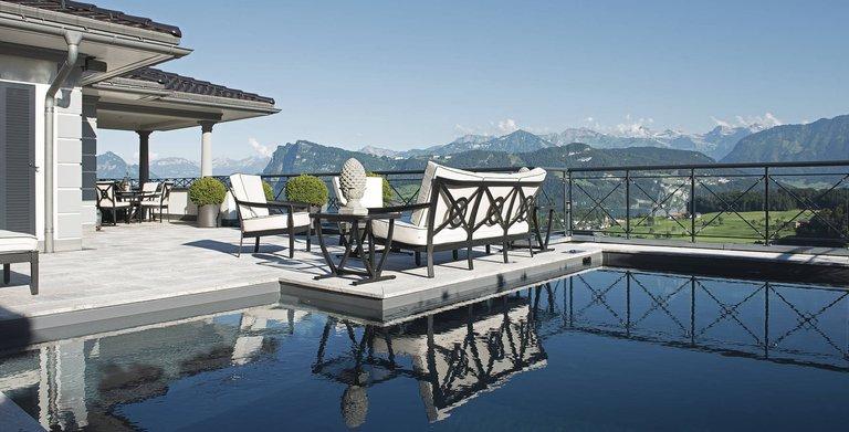 Exquisit: Terrasse mit Pool und Blick auf See und Berge. Copyright: WeberHaus