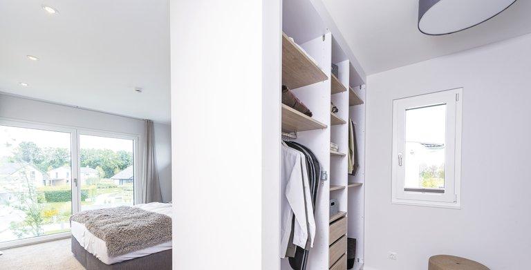 Ankleide und Elternschlafzimmer sind miteinander verbunden, sodass genug Raum für Privatsphäre entsteht. Copyright: WeberHaus