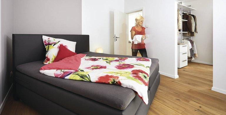 Modernes Schlafzimmer mit Ankleide Copyright: WeberHaus