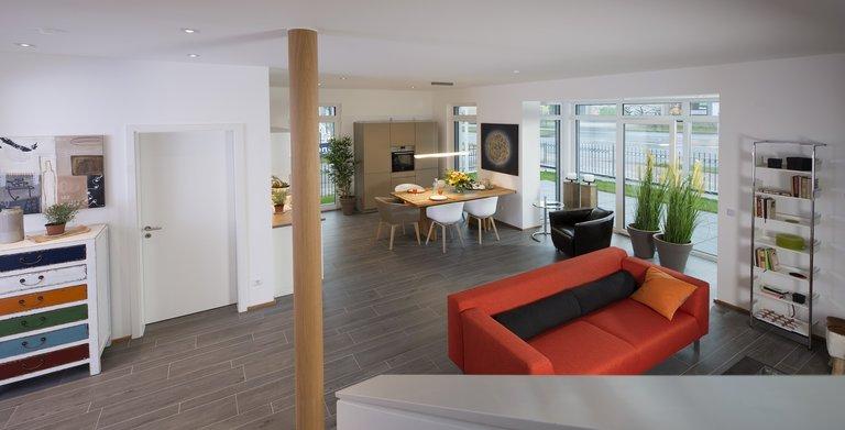 Das Erdgeschoss ist offen konzipiert. Der verglaste Erker bringt zusätzlich Licht hinein. Copyright: Heinz von Heiden GmbH Massivhäuser