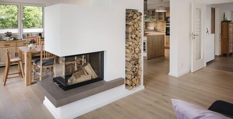Ein Kamin als Raumteiler zwischen Wohn- und Essbereich Copyright: WeberHaus