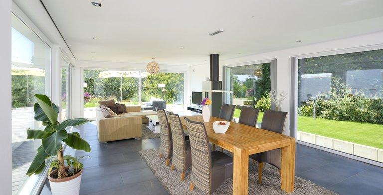 Auf rund 45 Quadratmetern ist der kombinierte Wohn-und Essbereich untergebracht. Copyright: Heinz von Heiden GmbH Massivhäuser