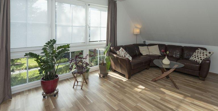 Im Obergeschoss der Hauptwohnung befinden sich neben dem Wohnzimmer die Ruheräume der vierköpfigen Familie und das Badezimmer. Copyright: Roth-Massivhaus / Gerhard Zwickert