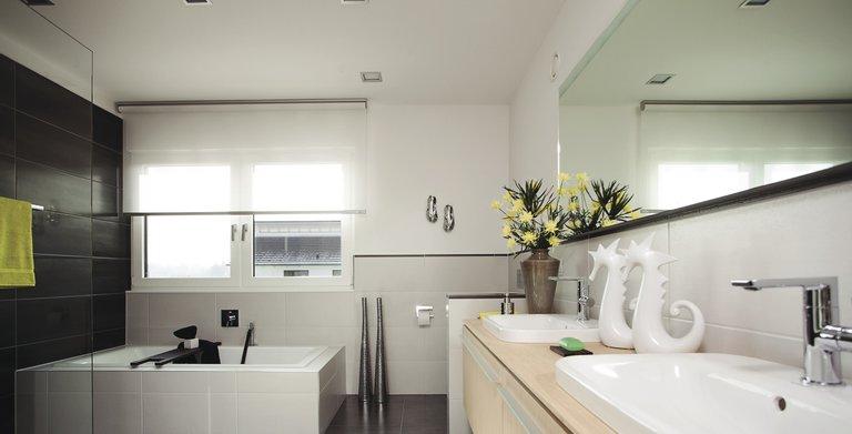 modernes Badezimmer mit Doppelwaschbecken Copyright: WeberHaus