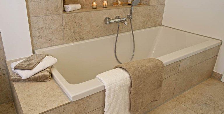 Die Nische über der Badewanne schafft Abstellfläche Copyright: