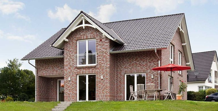Satteldach mit Freigebinde und Giebelornament, 35° Dachneigung und 170 cm Drempel im Rohbaumaß Copyright: