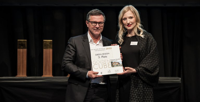 """Das Vitalhaus Heidi ausgezeichnet! Wir freuen uns über den Golden Cube, den Großen Deutschen Fertighauspreis 2018 in der Kategorie """"Green Design"""".  Copyright:"""