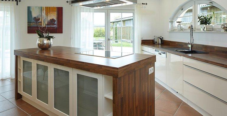 Die Küche verfügt über eine zentrale Kochinsel Copyright: Wolf-Haus