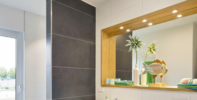 Das Gäste-WC im Erdgeschoss der Stadtvilla verfügt über eine separate Dusche und liegt direkt neben dem Gästezimmer. Copyright: Heinz von Heiden GmbH Massivhäuser