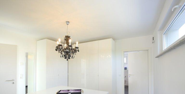 Die Ankleide verbindet das private Bad und das Schlafzimmer der Hausbesitzer. Copyright: Heinz von Heiden GmbH Massivhäuser