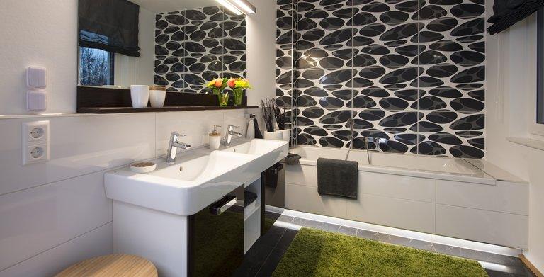Das großzügig geschnittene Badezimmer lässt mit Badewanne und Dusche keine Wünsche offen. Copyright: Heinz von Heiden GmbH Massivhäuser