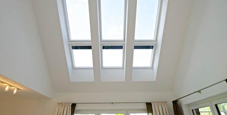 Luftraum: Deckenaussparungen und Veluxfenster schaffen einen hellen, offenen Raum Copyright:
