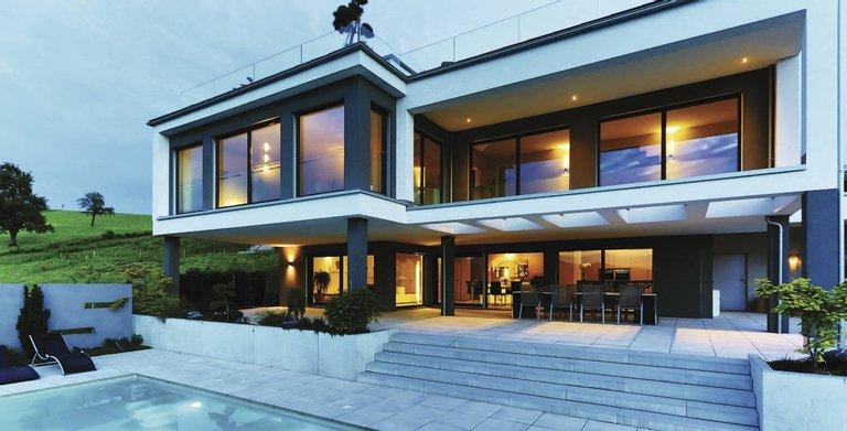 Eine gelungene Kombination aus Lage, Architektur, gepflegter Außenanlage und Swimmingpool. Copyright: WeberHaus