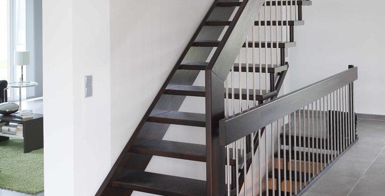 Eine gerade Holztreppe führt ins Obergeschoss. Copyright: Heinz von Heiden GmbH Massivhäuser