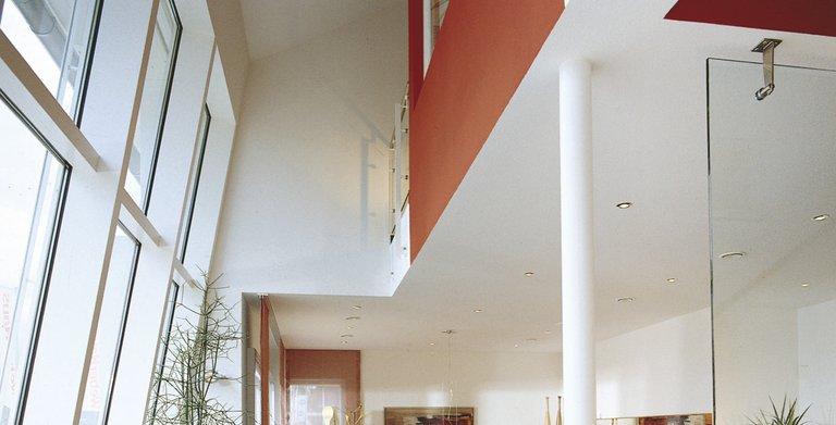 Lichtdurchfluteter Essbereich im verglasten Erker Copyright: WeberHaus