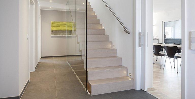 Ein Highlight dieses Hausentwurfes ist die schwebende und verglaste Treppenkonstruktion Copyright: Wolf-Haus