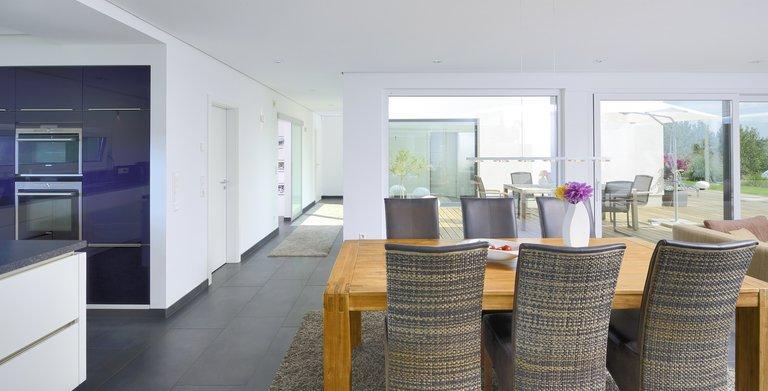 Alles ist offen und hell: der Blick vom Essbereich. Copyright: Heinz von Heiden GmbH Massivhäuser