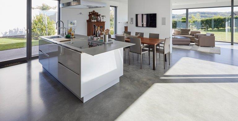 Moderne helle Küche lädt zum kochen ein.