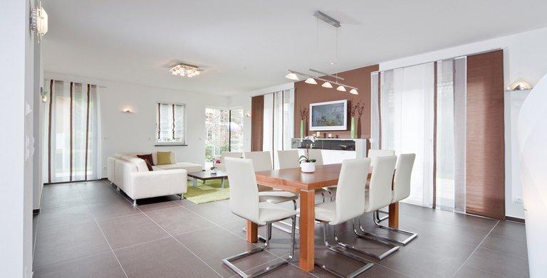 Das Wohnzimmer ist hell und freundlich gestaltet. Hier wirkt sich auch die Raumhöhe von 2,75 m positiv aus Copyright: Wolf-Haus