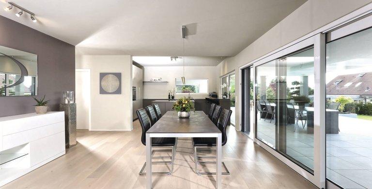Farblich orientiert sich die gesamte Inneneinrichtung im Wohn-Essbereich am hellen Eichenparkett. Copyright: WeberHaus