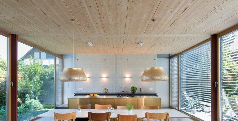 Schlicht und doch modern - so überzeugt der offene puristische Ess- und Kochbereich.