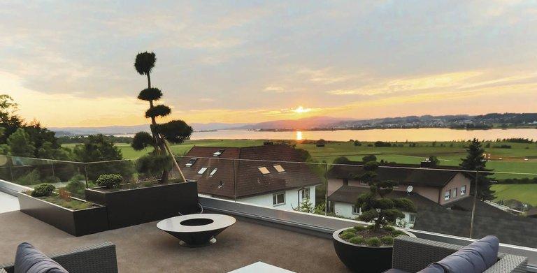 Die Dachterrasse bietet eine spektakuläre Aussicht auf den Zürichsee. Copyright: WeberHaus