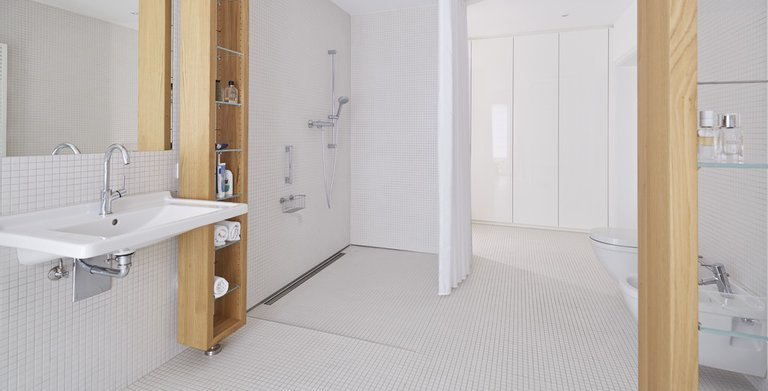 Barrierefreies Badezimmer mit ebenerdiger Dusche Copyright: WeberHaus