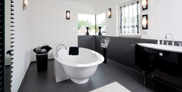 Das Bad glänzt mit schwarz-weißer Eleganz Copyright: Wolf-Haus