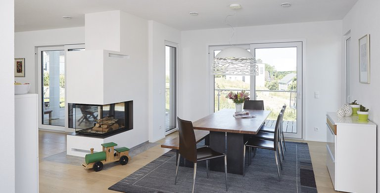 Gemütlicher Wohn-Essbereich mit Zugang zur Terrasse Copyright: WeberHaus