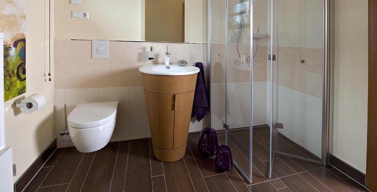 Das Gäste-WC verfügt ebenfalls über eine Dusche. Copyright: Heinz von Heiden GmbH Massivhäuser