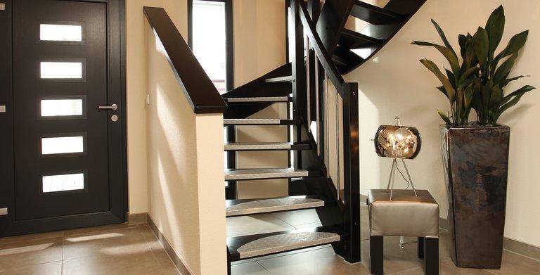 Eingangsbereich und Holztreppe Copyright: FingerHaus