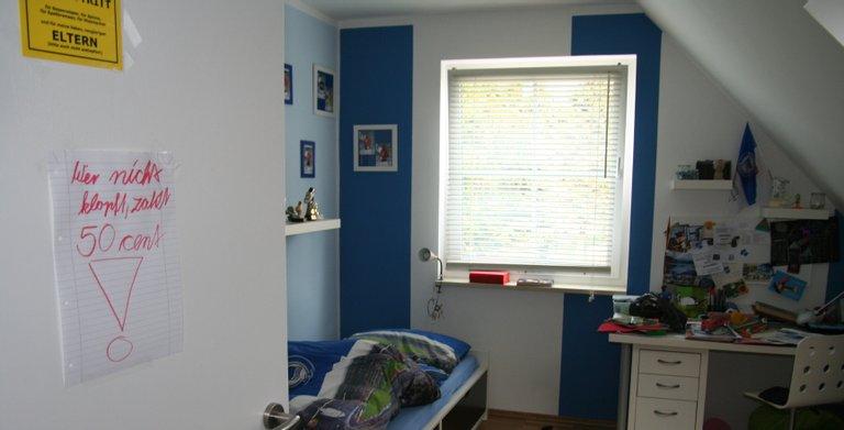 Zwei gleichgroße Kinderzimmer liegen ebenso wie der elterliche Schlafbereich direkt unterm Dach. Trotz sehr guter Wärmedämmung ist die Fähigkeit der Wärmepumpe zur passiven Kühlung an heißen Tagen sehr willkommen.   Copyright: Roth-Massivhaus / Gerhard Zwickert