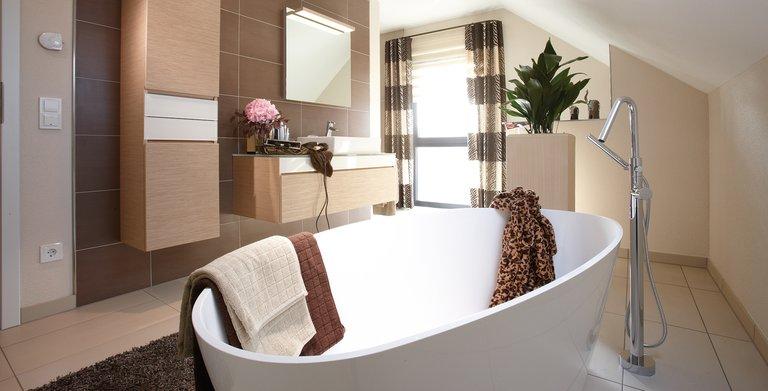 Badezimmer mit freistehender Badewanne Copyright: FingerHaus