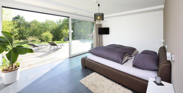 Vom Schlafzimmer der Bauherren erstreckt sich der ungehinderte Blick ins Grüne. Copyright: Heinz von Heiden GmbH Massivhäuser